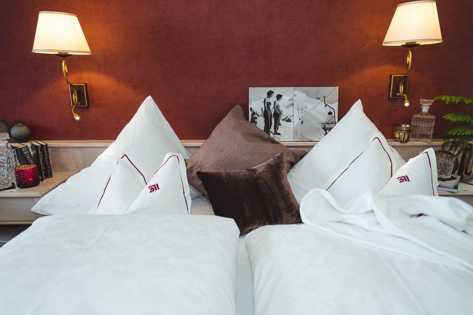 Doppelbett im Zimmer Omesberg im Hotel in Lech am Arlberg.