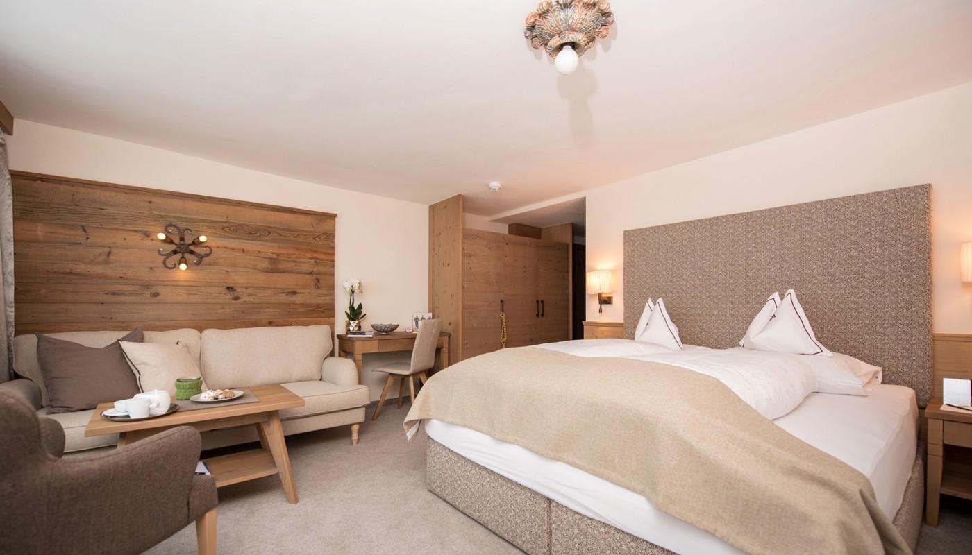 Doppeltbett im Zimmer im Hotel in Lech.