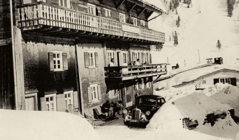 Ein Schwarzweissfoto des hotel madlochBlick vor vielen Jahren.