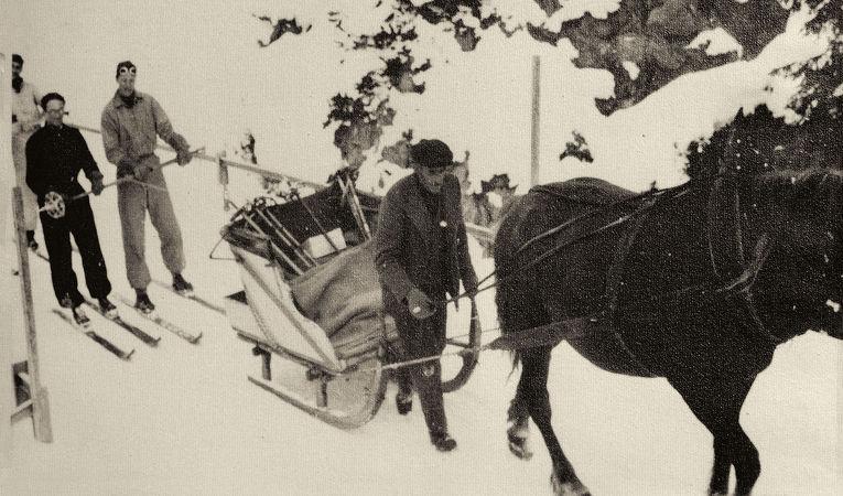 Opa Schuler mit Pferdekutsche und Skifahrer.