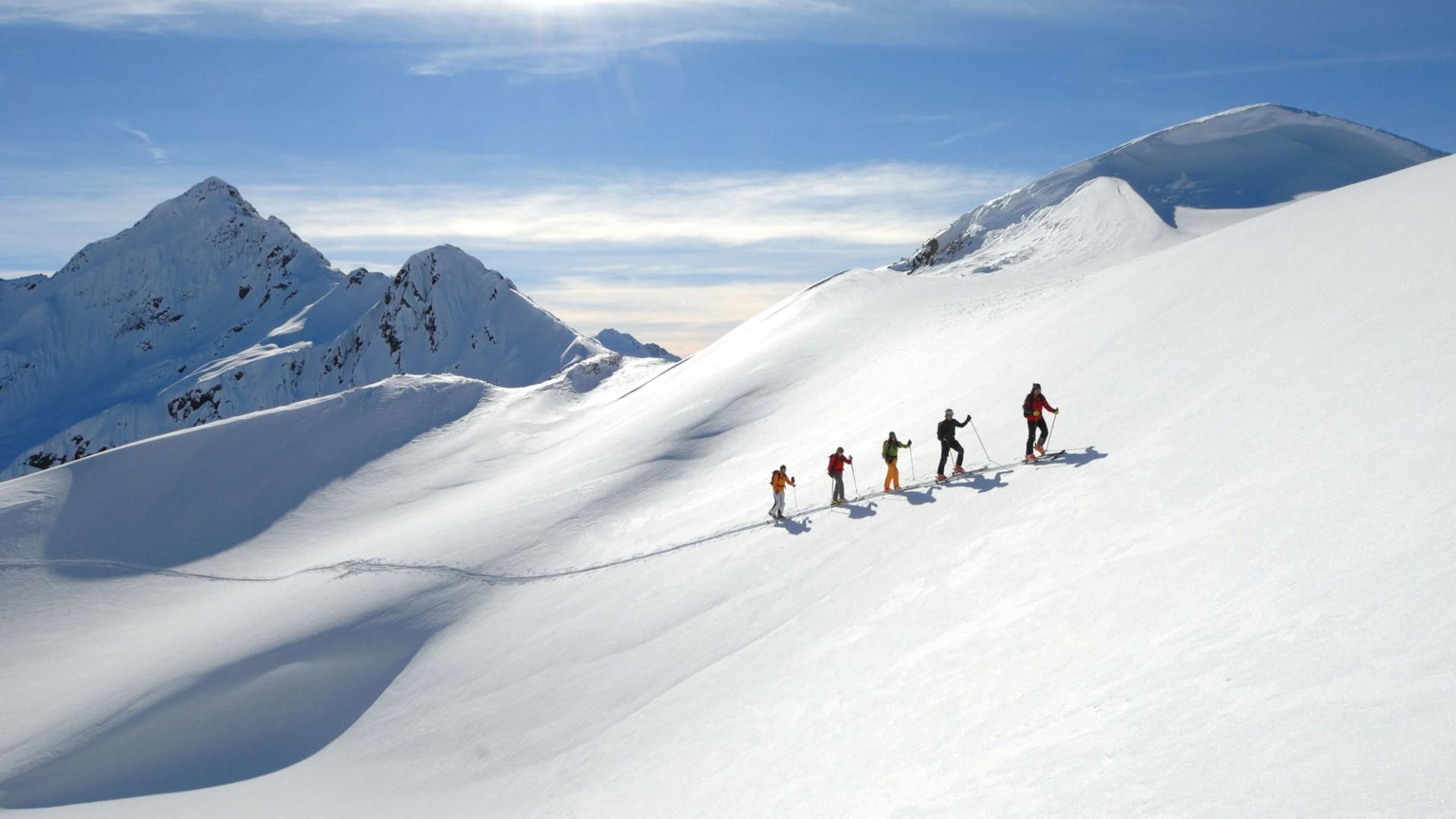 5 Personen beim Skitourengehen am Arlberg.