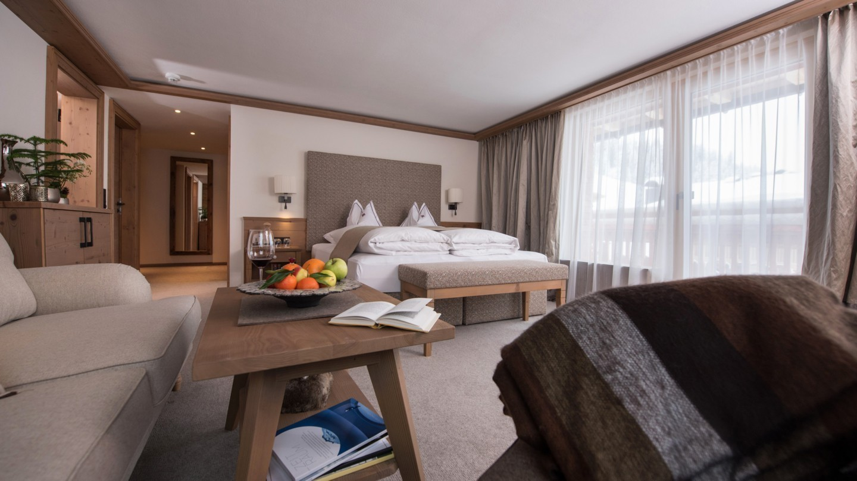 Sitzecke im Zimmer Bergpanorama deluxe im Hotel und Chalet MadlochBlick.