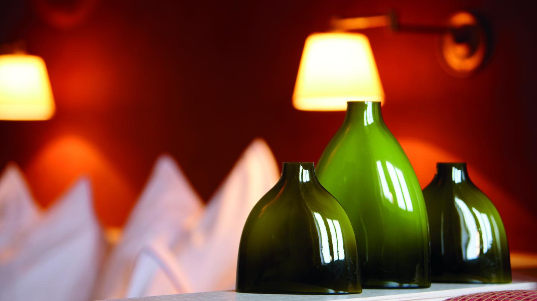 Dekorative grüne Vasen im Doppelzimmer OmesBerg im hotel und chalet madlochBlick.