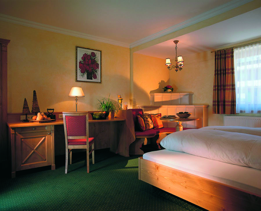 Junior Suite Kriegerhorn mit Sitzecke im Hotel und Chalet MadlochBlick in Lech am Arlberg.