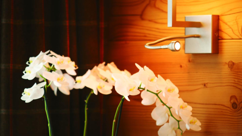 Blumendekoration in der Suite Karhorn im Hotel Madlochblick in Lech.