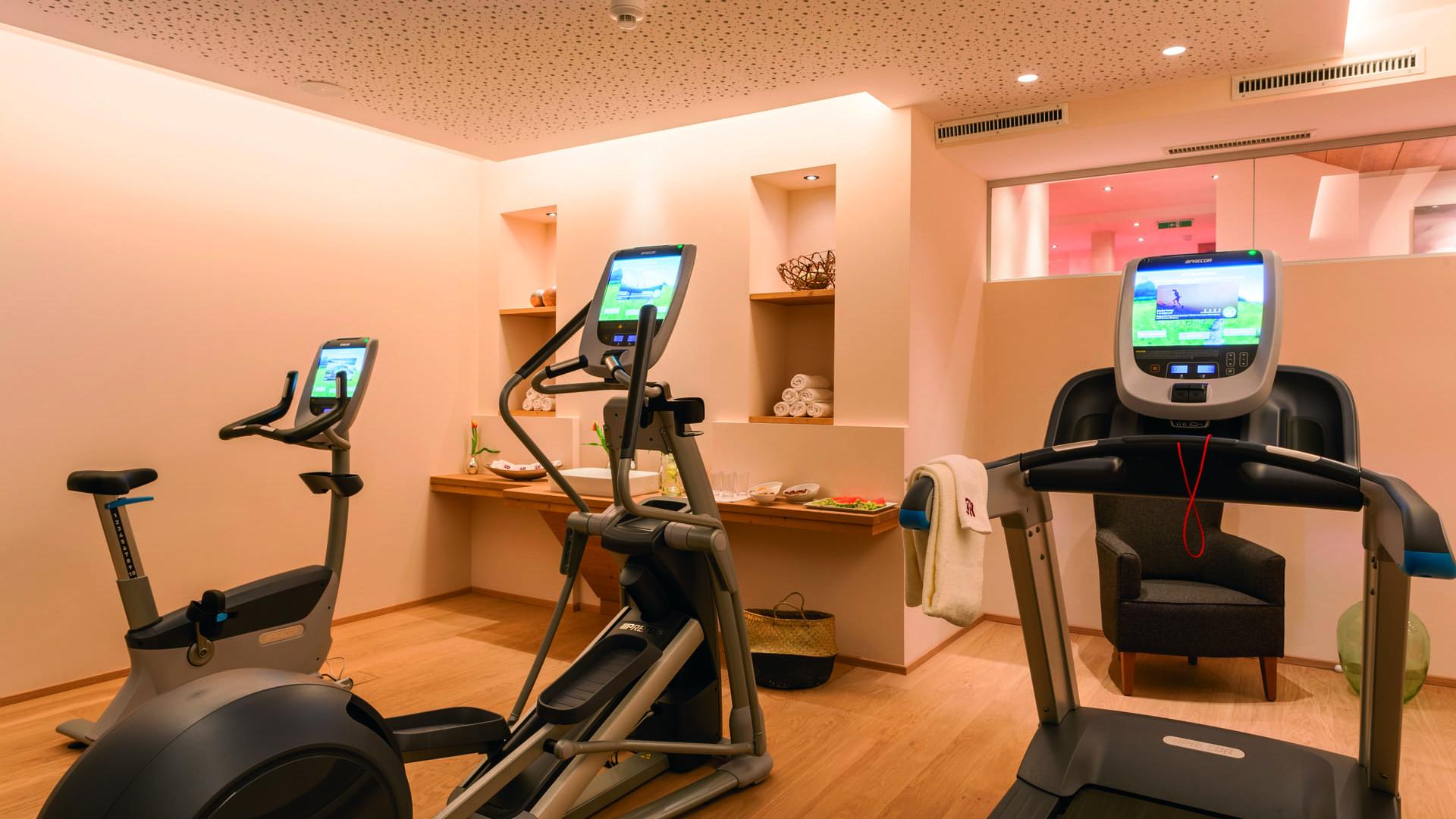 Cardiogeräte im Fitnessraum im hotel und chalet madlochBlick in Lech am Arlberg.