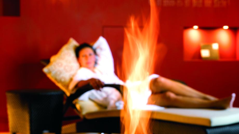 Eine Frau beim Entspannen im Ruheraum des hotel madlochBlick.