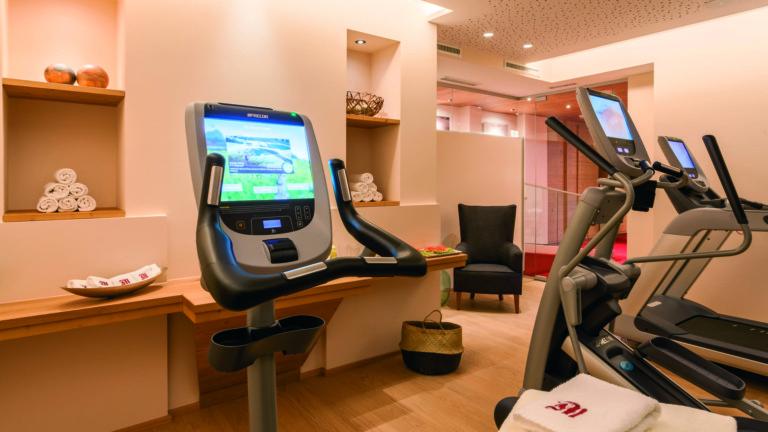 Cardiogeräte im Fitnessraum im hotel madlochblick in Lech.