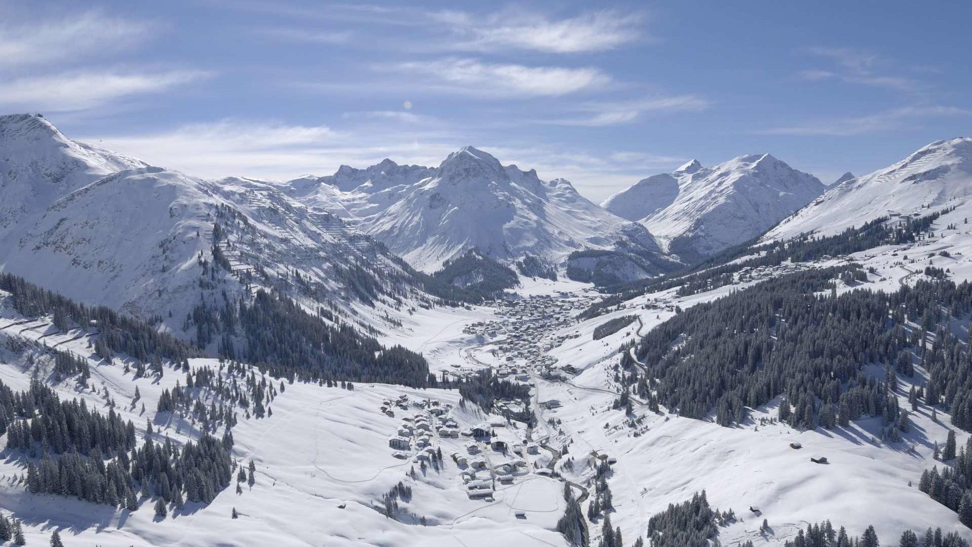 Lech von Oben im Winter als Luftaufnahme.