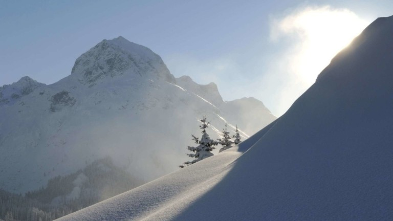 Das Omeshorn im Hintergrund und verschneiter Hang.