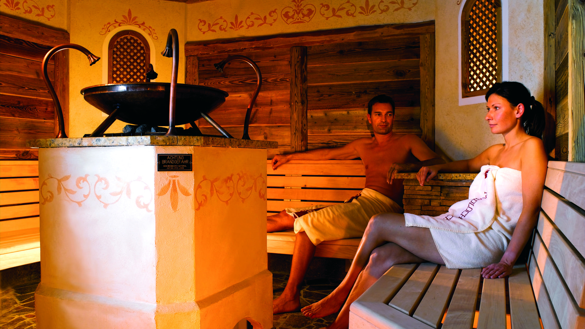 Ein Paar in der Sauna des hotel madlochBlick.