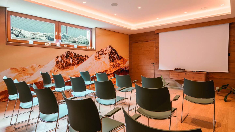 Seminarraum mit Kinobestuhlung und Leinwand im hotel madlochBlick.
