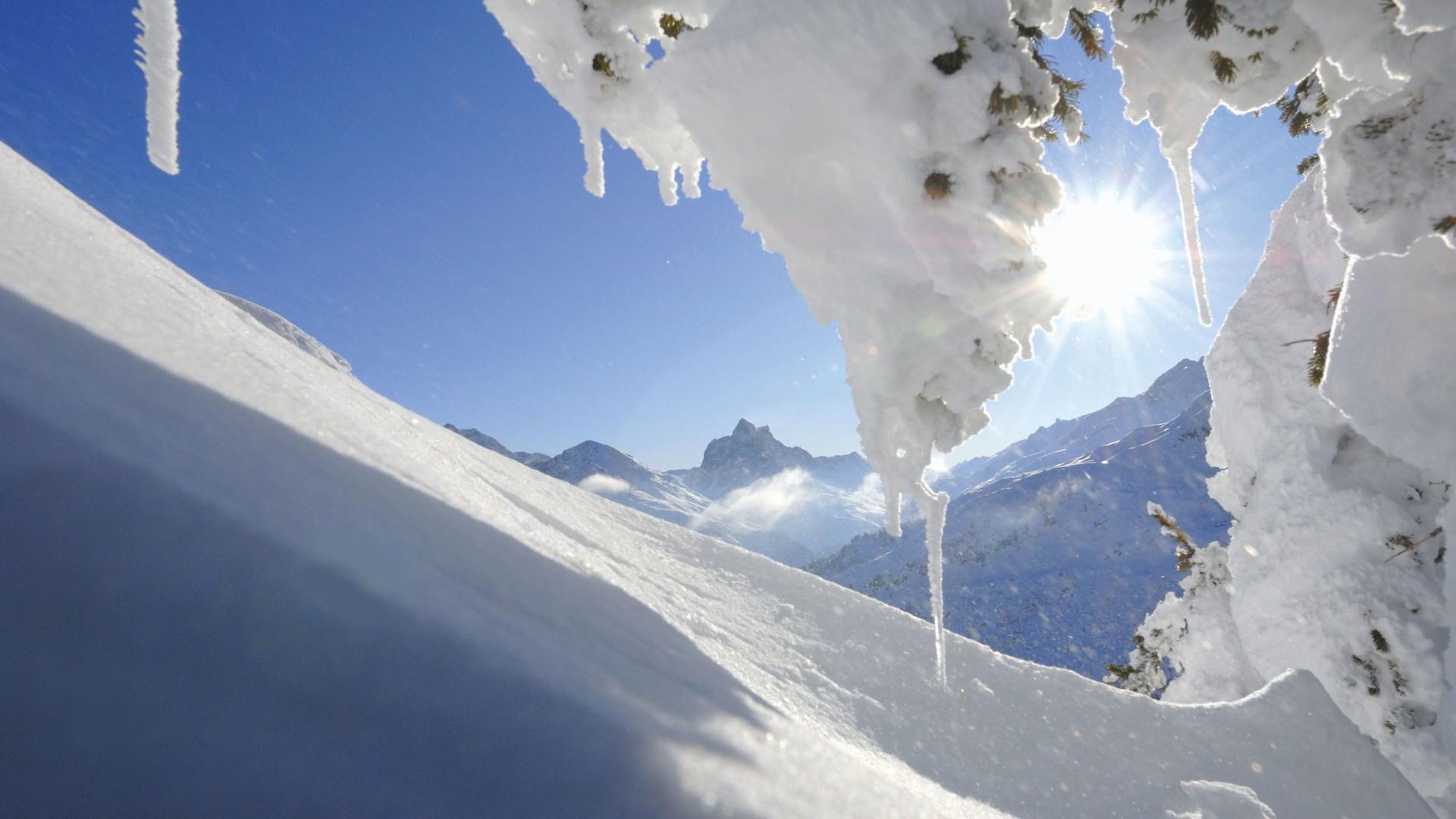 Schneelandschaft bei strahlendem Sonneschein am Arlberg.