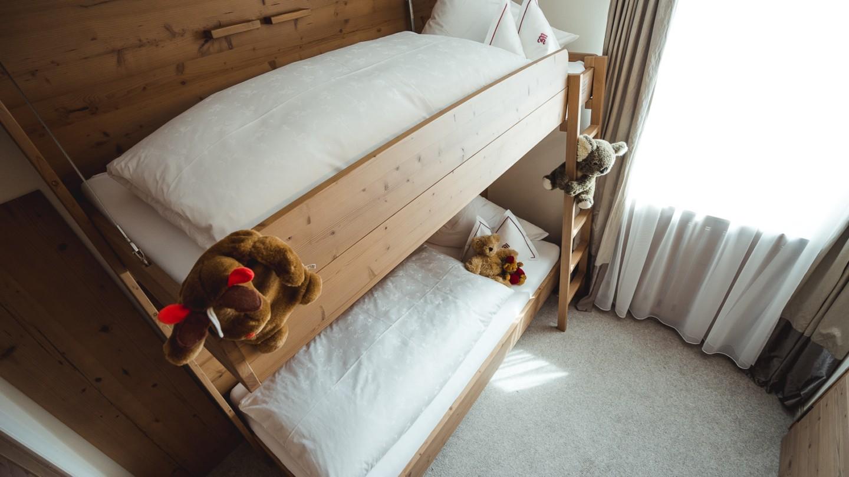 Ein Stockbett im Kinderzimmer des Familienzimmers Bergblick.