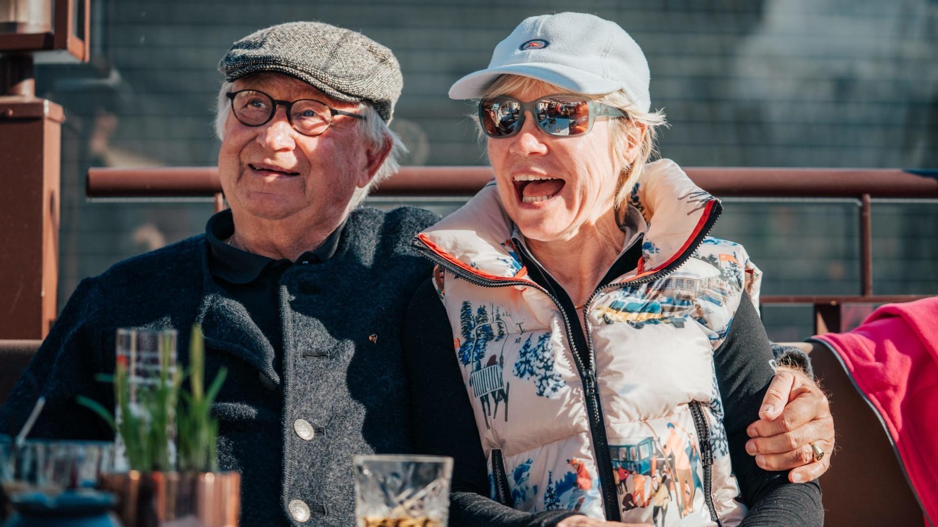 Zwei Stammgäste des hotel madlochBlick auf Sonnenterrasse.
