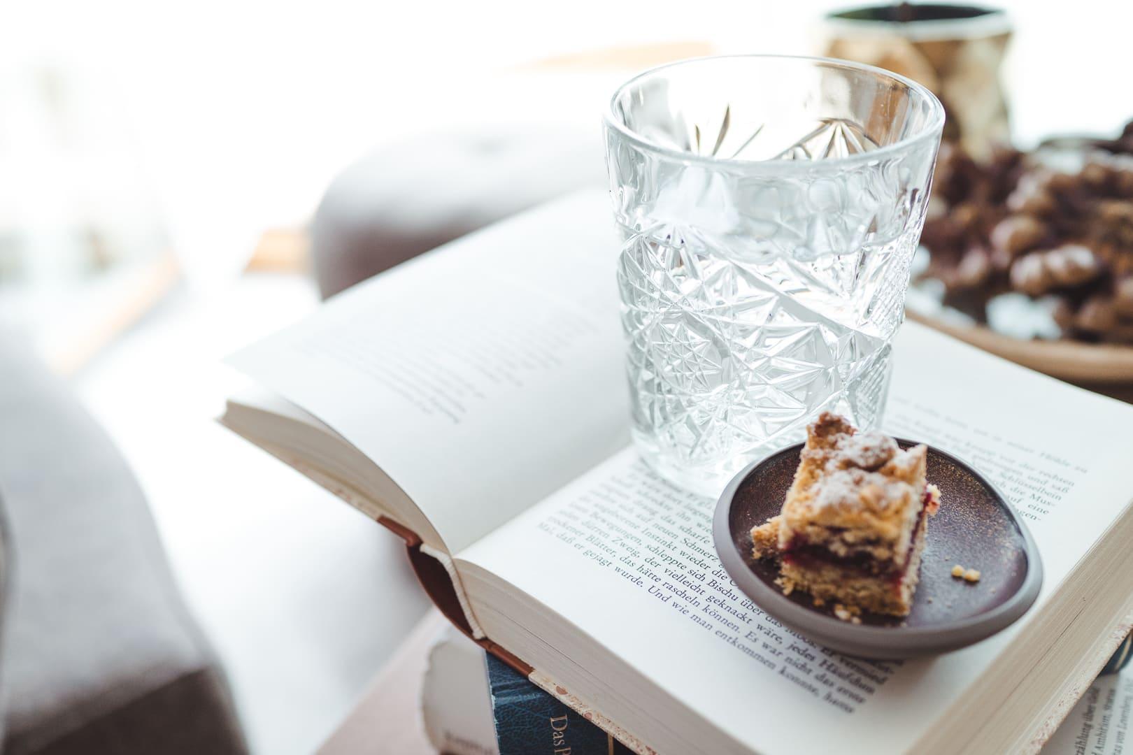 Ein Buch, Kekse und ein Drink.