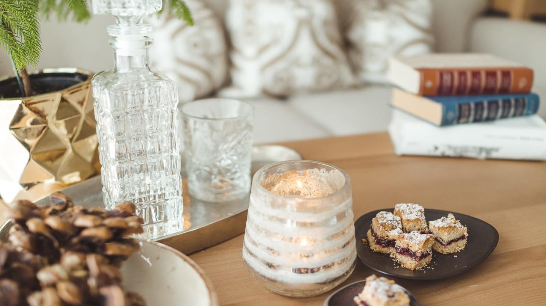 Wohnzimmertisch mit einer Karaffe Wasser und Keksen im Zimmer Bergpanorama deluxe.