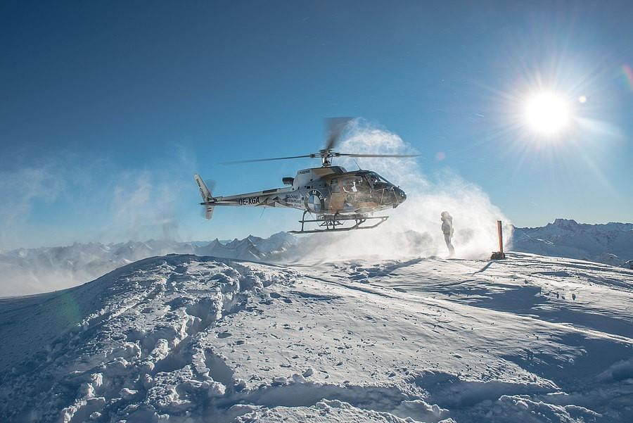 Heliskiing in Lech am Arlberg - Landung des Hubschraubers bei strahlendem Sonnenschein.