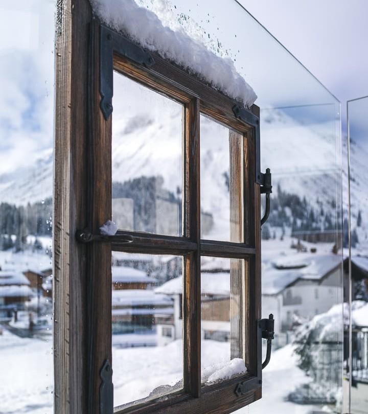 Ein Fensterrahmen auf der Terrasse des hotel MadlochBlick.