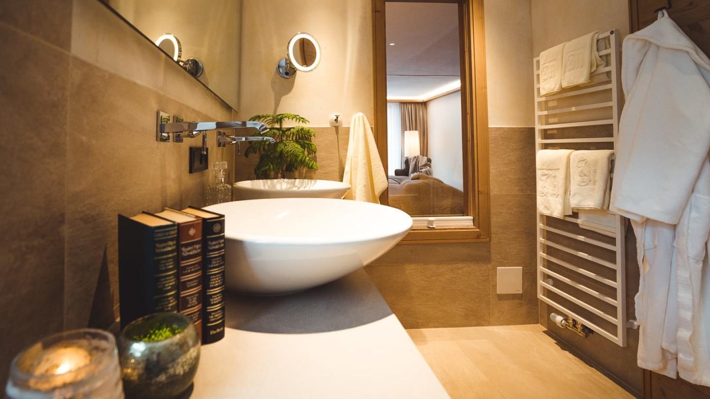 Badezimmer mit Doppelwaschbecken und Fenster hinaus zum Zimmer Lechblick Superior.