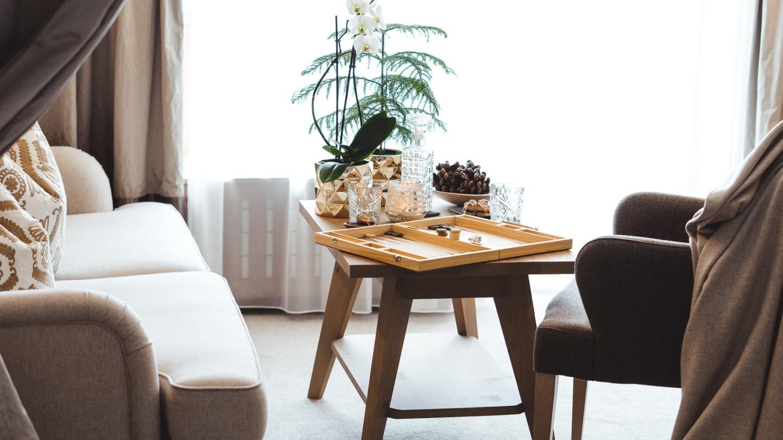 Wohnecke mit Sofa, Tisch und Brettspiel im Zimmer Lechblick Superior im hotel & chalet madlochBlick..