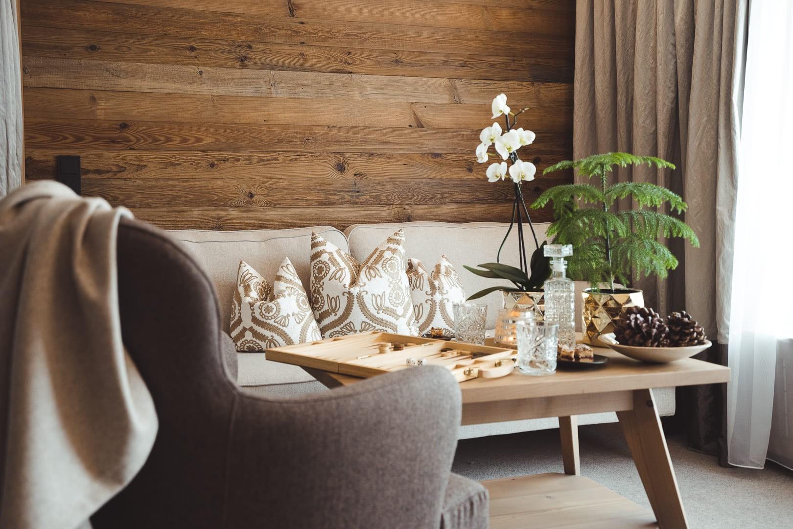 Wohnecke mit Stuhl und Tisch und Deko im hotel madlochBlick in Lech am Arlberg.