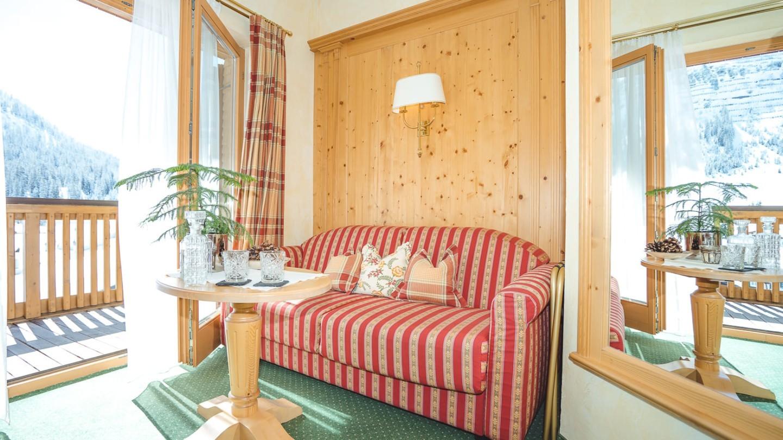 Wohnecke mit Sofa und Ausgang zum Balkon im Zimmer Lechpanorama.