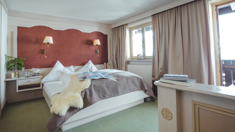 Bett im Schlafzimmer Omesberg im hotel & chalet madlochBlick.