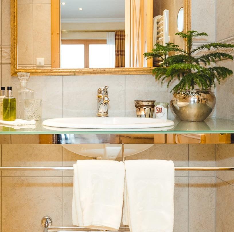 Waschbecken im Zimmer Rüfikopf im hotel & chalet madlochBlick in Lech am Arlberg.