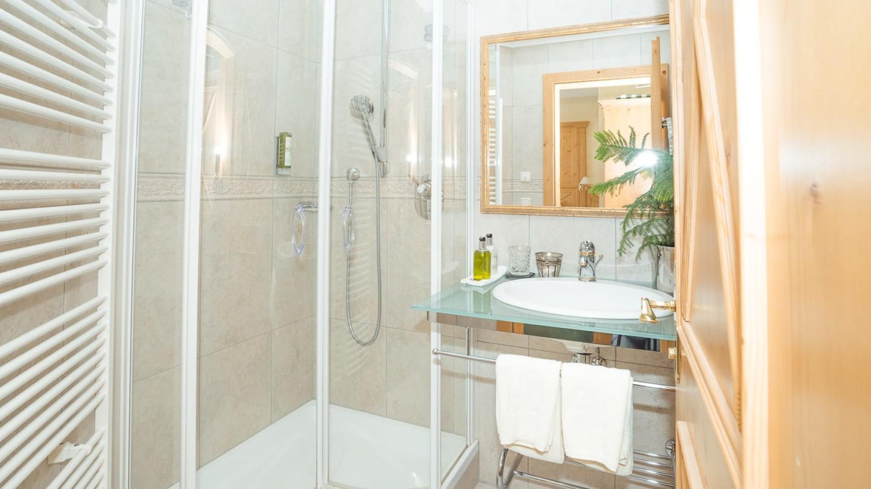 helles Badezimmer mit Dusche im Zimmer Rüfikopf.
