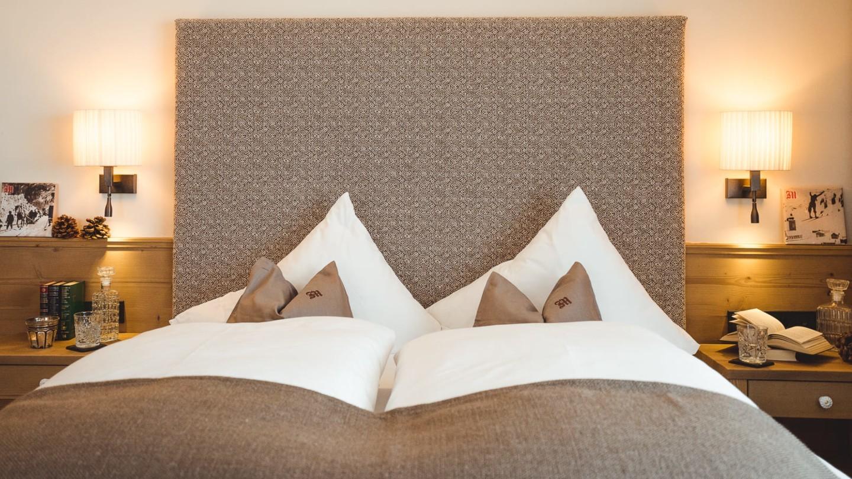 Doppelbett mit romantischer Beleuchtung im Schlafzimmer Schlegelkopf.