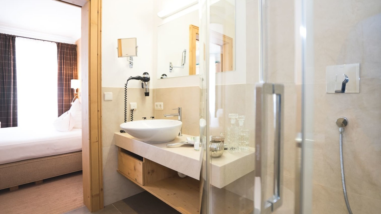 Badezimmer mit Dusche im Zimmer S´Täli.