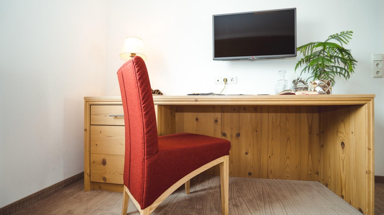 Schreibtisch mit Stuhl im hotel & chalet madlochBlick in Lech am Arlberg.
