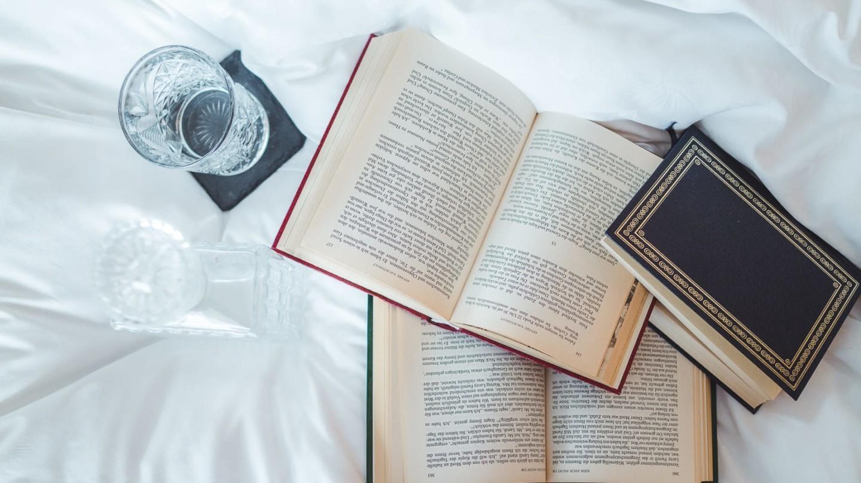 Bücher am Bett in der Suite Rüfikopf.