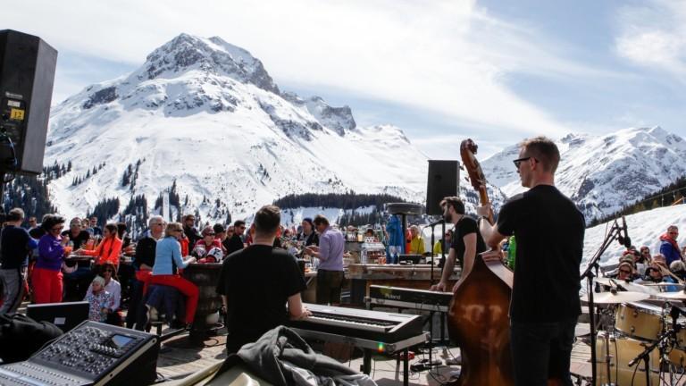Ein Foto vom Konzert der Boogie Boys in Lech am Arlberg mit Blick auf das Omeshorn.