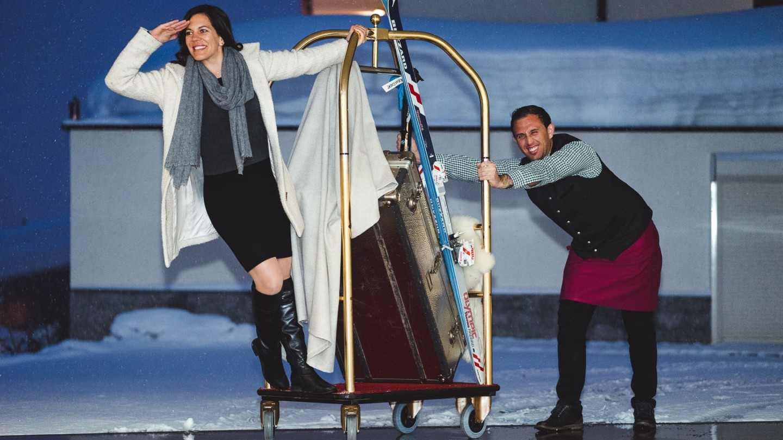 Eine Dame mit Concierge bei der Anreise in der Tiefgarage des hotel madlochBlick in Lech.