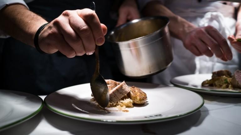 Ein Koch beim anrichten der Gerichte der Verwöhnhalbpension im hotel madlochBlick.