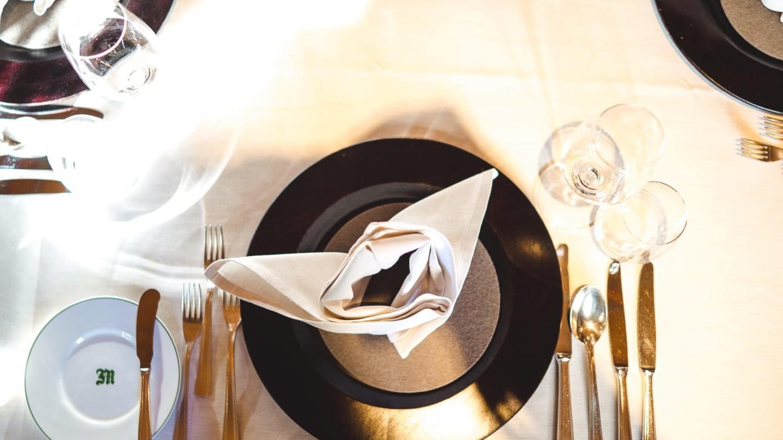 A la carte in der Walser Stube, ein gedeckter Tisch im Restaurant in Lech.