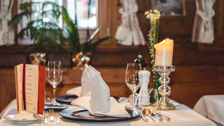 Gedeckter Tisch im Restaurant in Lech, Restaurant Walser Stube.