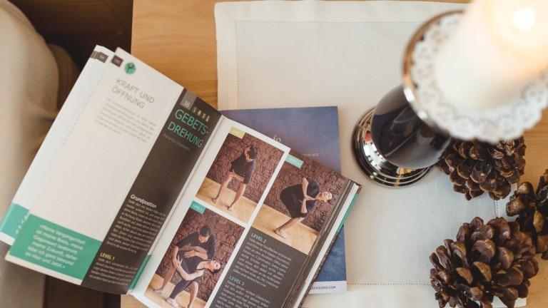 Buch von Yogalehrer Stephan Suh im hotel & chalet madlochBlick.