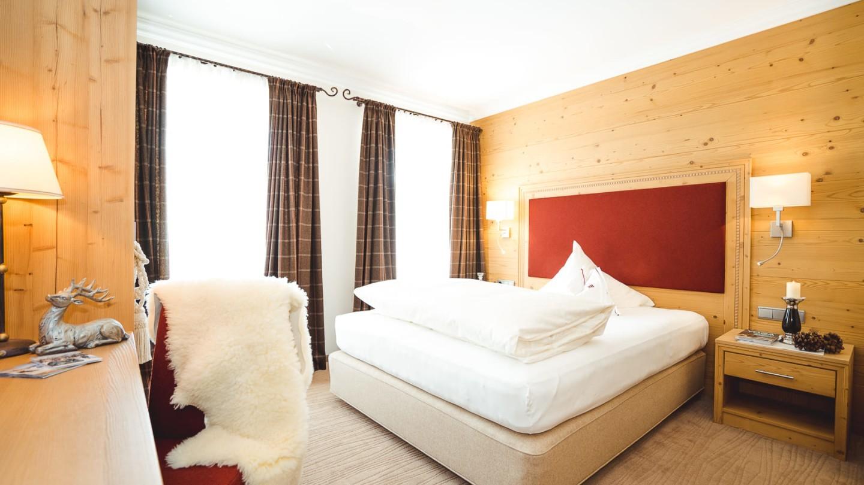 Grand Lit und Schreibtisch im Zimmer S`Täli im hotel in Lech.